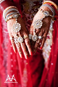 Ahhh…..hathphool. Probably the most distinctive piece of jewelry for an Indian bride, this ornate hand piece is definitely one of my favorite parts of Indian bridal jewelry. 