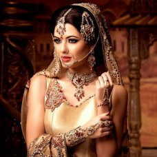 In this collection of bridal-wedding jewelry detail between 2014 and space is the same elegant shiny crystals. Indian designers to build meticulous work combines a huge difference between the popular pearl to form a timeless collection.  #Pearl #India #Wedding #Bride #Fashion #Jewellery | Mia